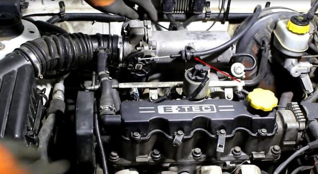 Как поменять трос газа на Ланосе (фото 9)