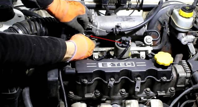 Как поменять трос газа на Ланосе (фото 10)