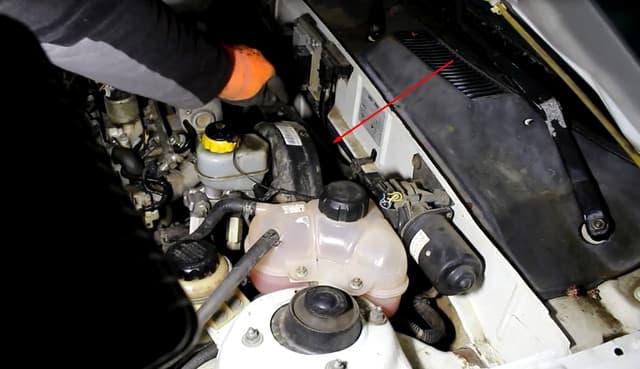 Как поменять трос газа на Ланосе (фото 3)